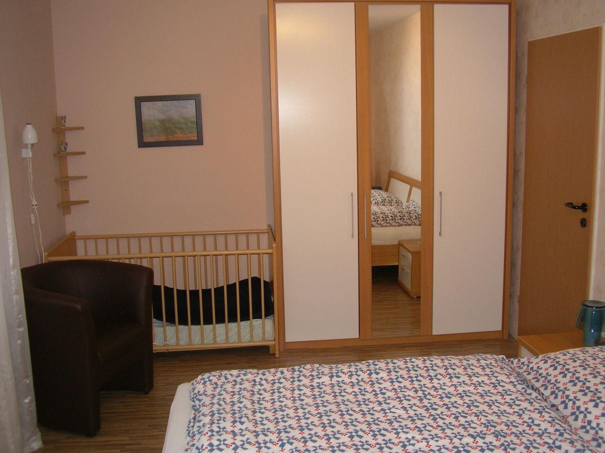 schlafzimmer-mit-babybett